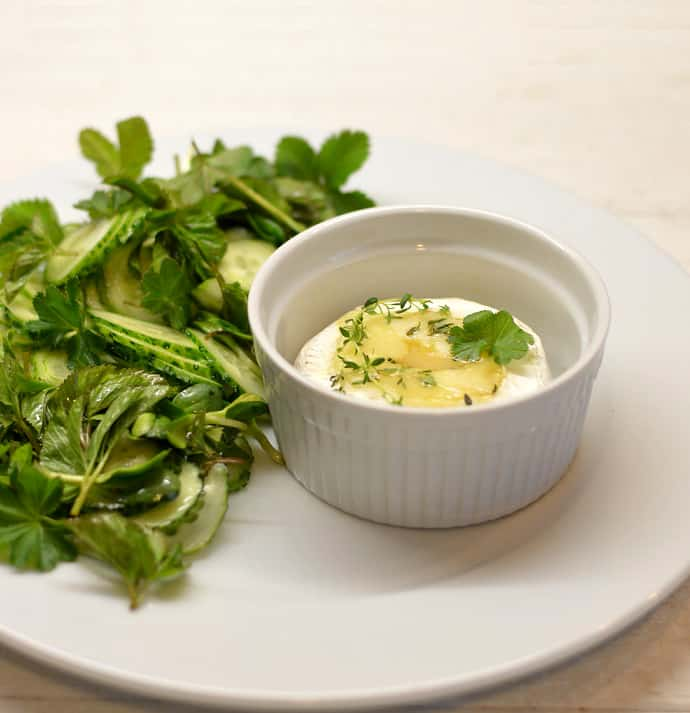 Keptas Camembert sūris su lauko žolelių salotomis - bulviukose.lt