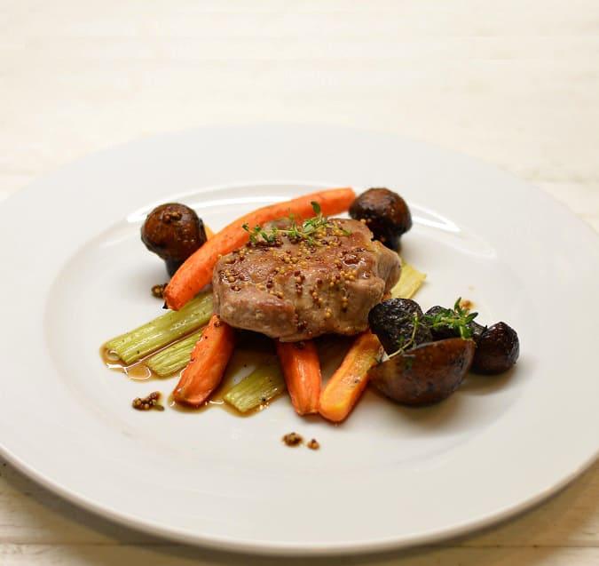 Kiaulienos kepsneliai su orkaitėje keptomis daržovėmis, raudonviršiais ir garstyčių padažu - bulviukose.lt