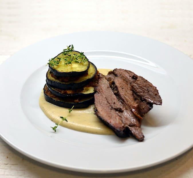 Keptas šerno kumpis su kaliaropių padažu ir baklažanais - bulviukose.lt