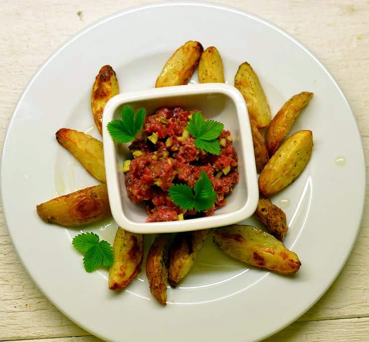 Jautienos tartar'as su bulvytėmis su trumų aliejumi - bulviukose.lt