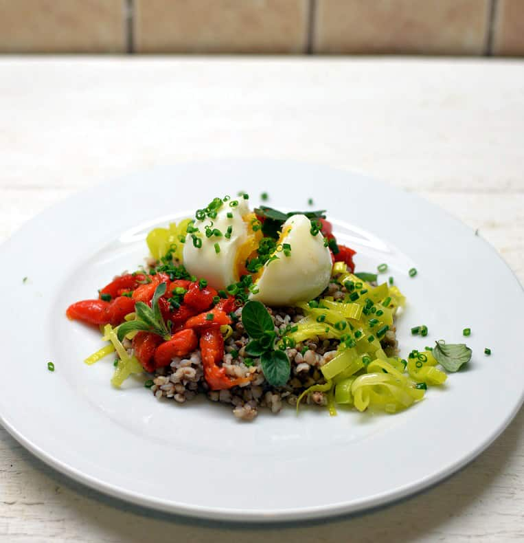 Grikių salotos su porais, kiaušiniu ir paprika - bulviukose.lt