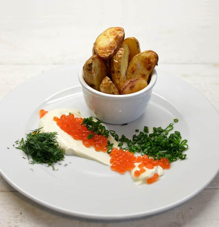 Keptos bulvės su grietine, lašišos ikrais ir trumų aliejumi - bulviukose.lt