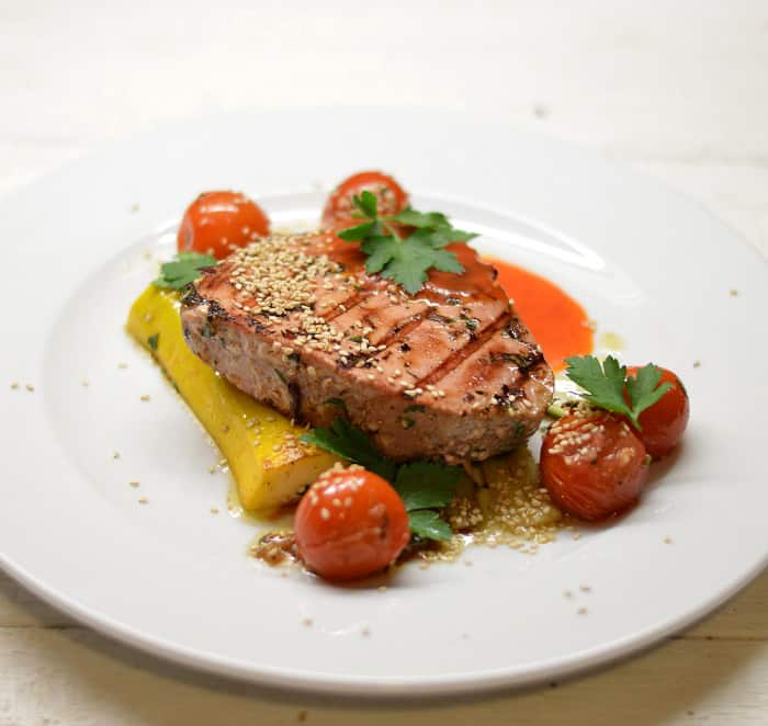 Keptas tuno kepsnys su daržovėmis - bulviukose.lt