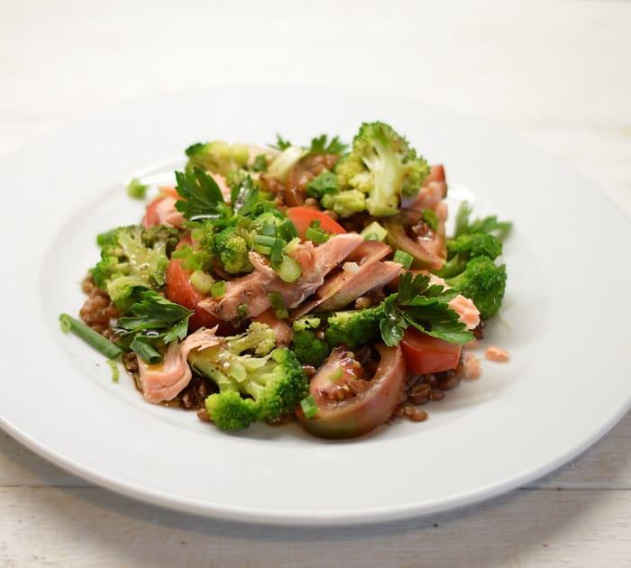 Salotos su speltos grūdais, brokoliais ir rūkytu upėtakiu - bulviukose.lt