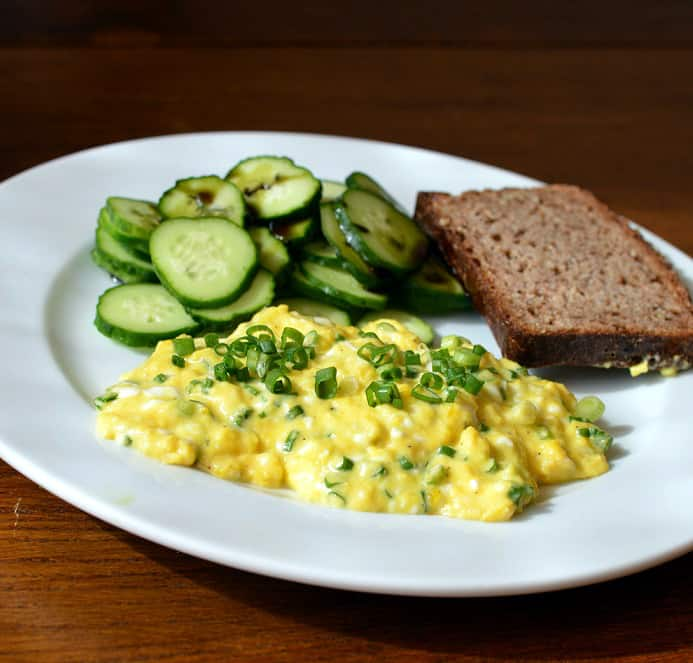 Kiaušinienė su grūdėta varške ir svogūnų laiškais - bulviukose.lt