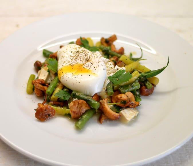 Kiaušinių, voveraičių, pupelių ir ožkos sūrio salotos - bulviukose.lt
