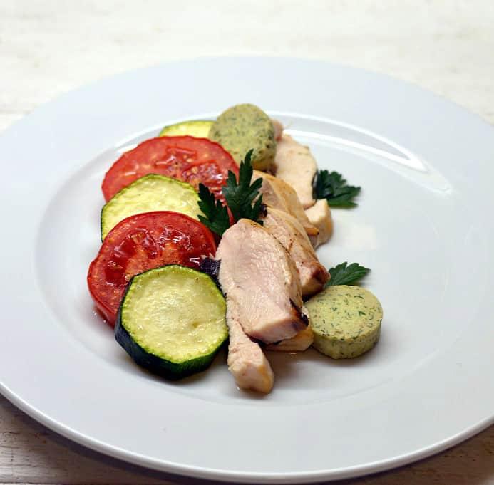 Vištiena su cukinijom, pomidorais ir prieskoniniu sviestu - bulviukose.lt