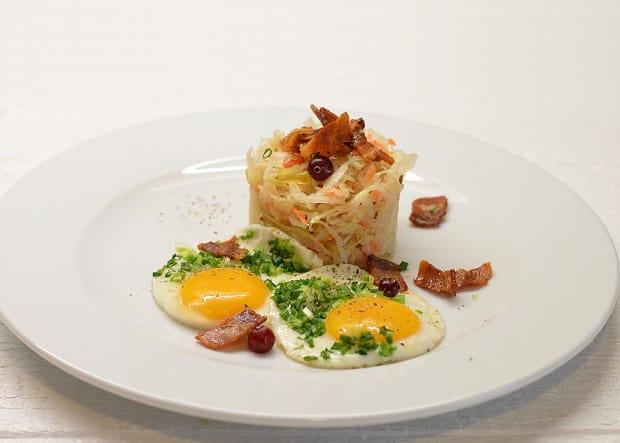 Kepti kiaušiniai su spirgintais sūdytais lašiniais - bulviukose.lt