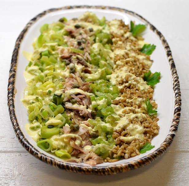 Rūkytos skumbrės salotos su porais, salierais ir belukštėmis avižomis 1