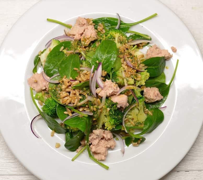 Brokolių salotos su menkių kepenėlėmis - bulviukose.lt