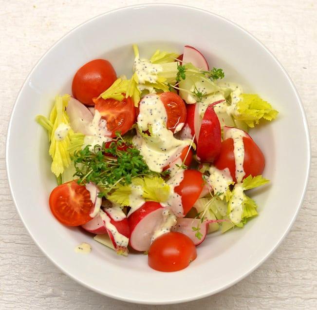 Salotos su jogurtiniu - aguoniniu padažu - bulviukose.lt