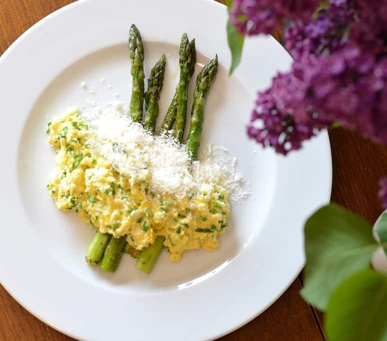 Kiaušinienė su keptais šparagais ir sūriu - bulviukose.lt