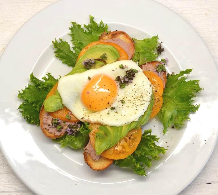 Sumuštinis su paštetu, avokadais ir kiaušiniu