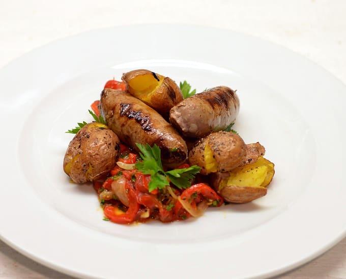 Jautienos dešrelės su bulvytėmis ir paprikomis - bulviukose.lt
