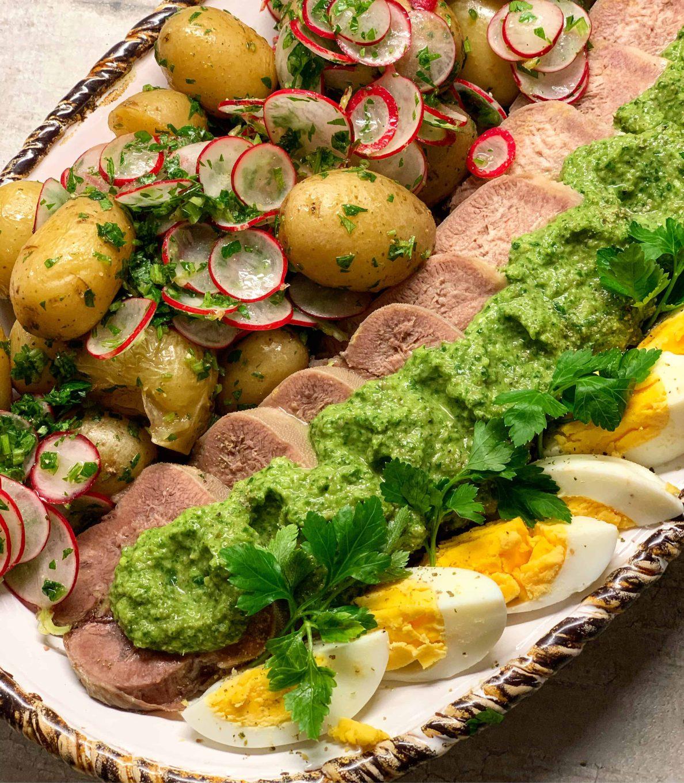 Virtas jaučio liežuvis su žolelių padažu - bulviukose.lt