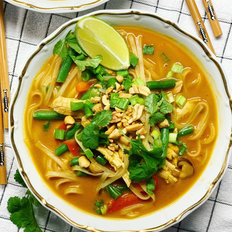 Tailandietiška sriuba su vištiena ir žemės riešutais - bulviukose.lt