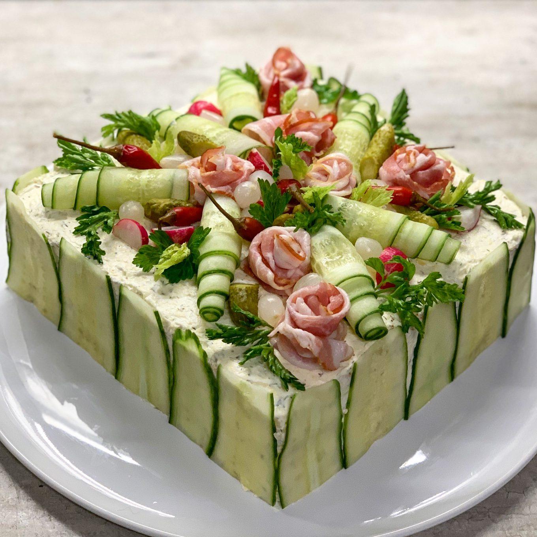 Sumuštinių tortas su kumpiu ir šonine