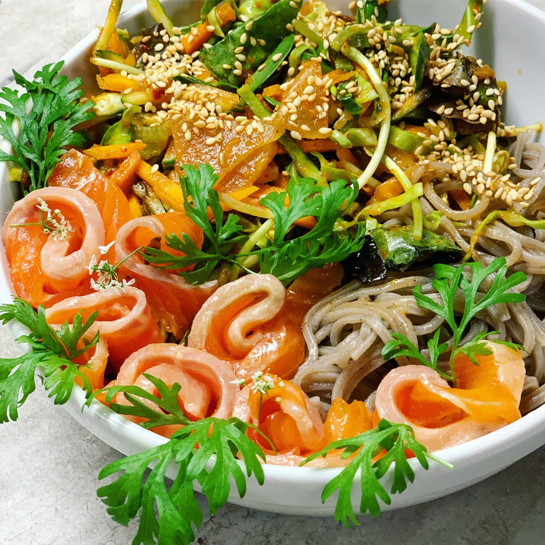 Korėjietiškos salotos su kimči ir soba makaronais