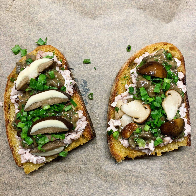 Kvietinio raugo duonos ir smegenų sumuštinis
