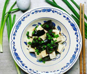 Kiniškas užkandis su tofu ir šimtmečio kiaušiniais