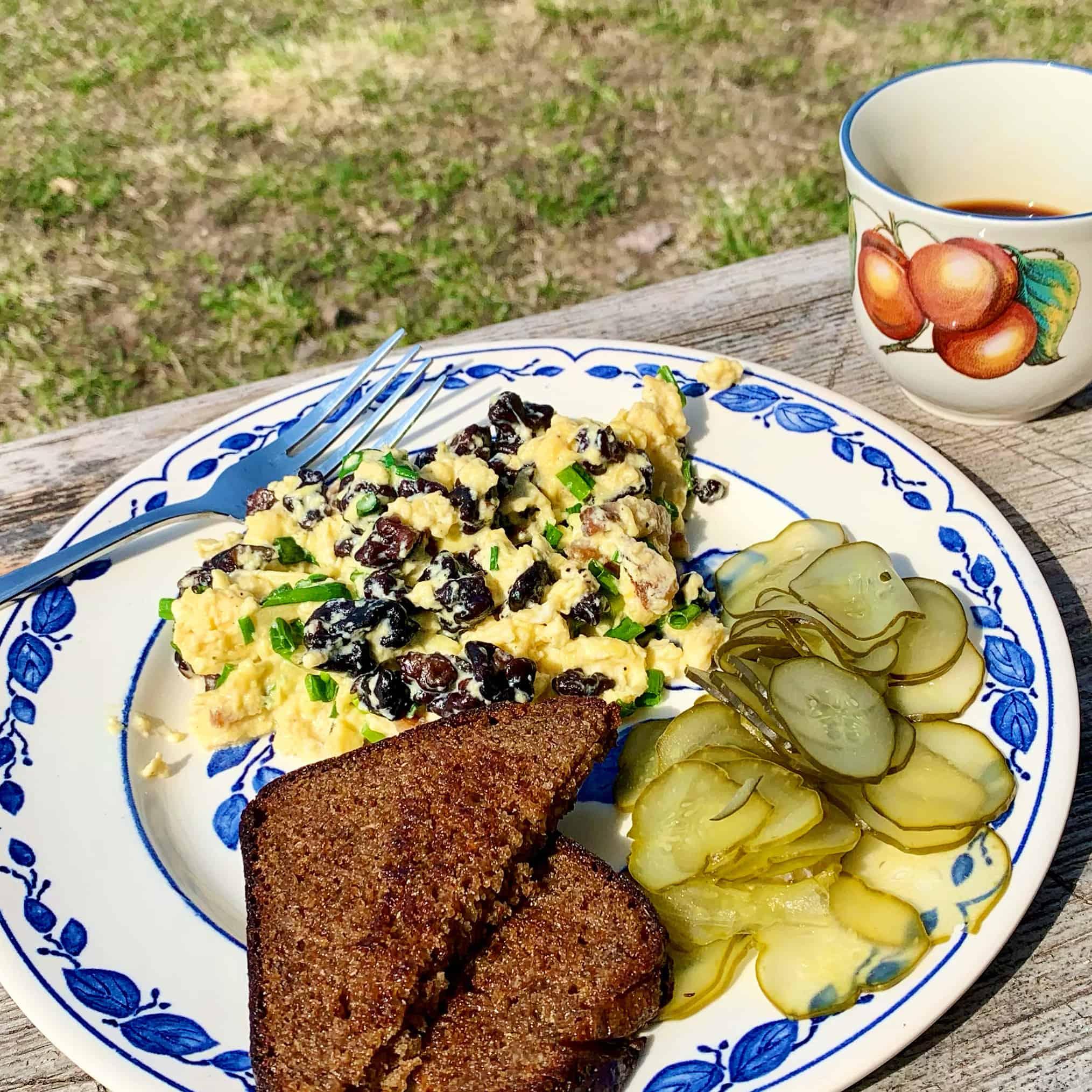 Pusryčiai - kiaušinienė su bobausiais