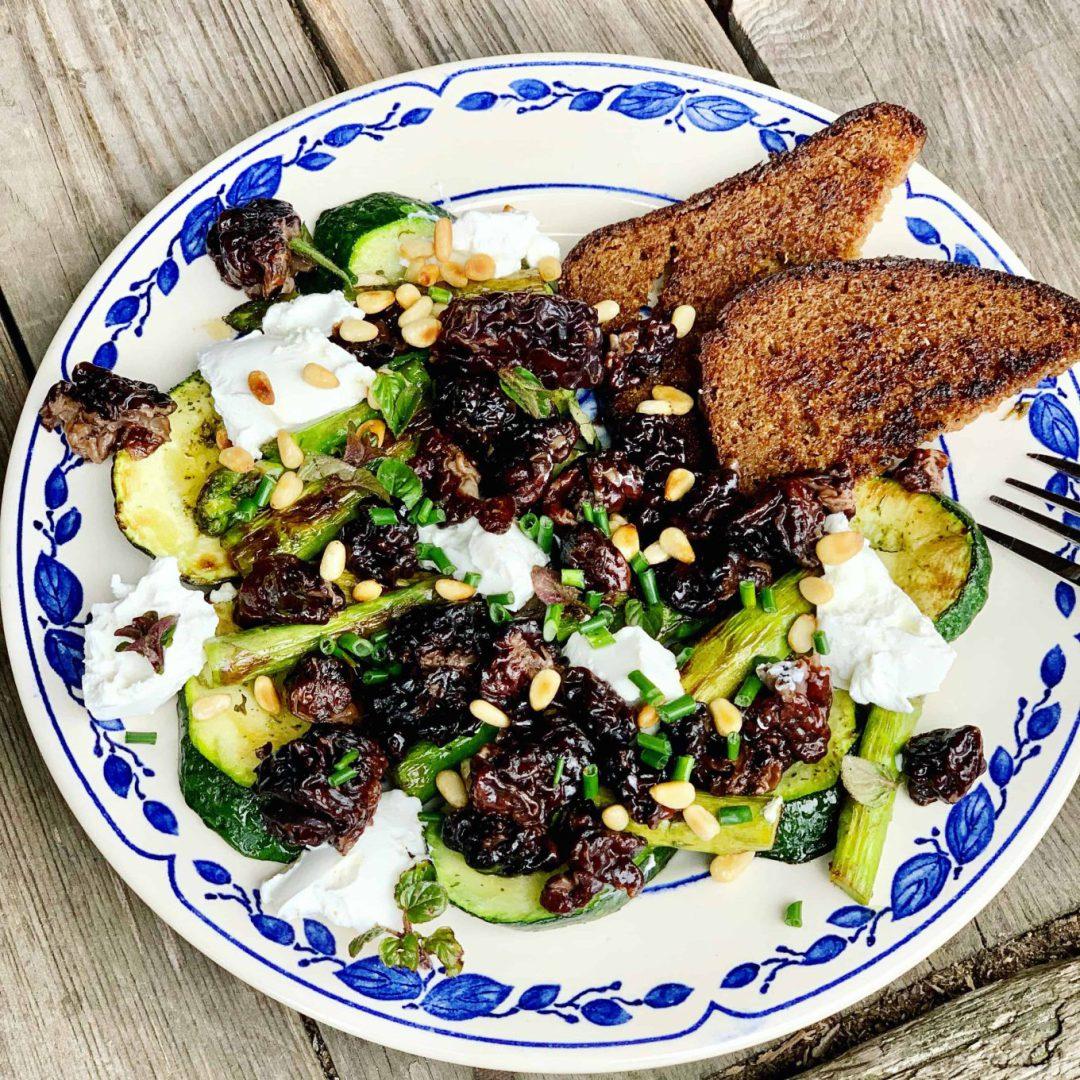 Salotos su šparagais, bobausiais ir ožkos sūriu