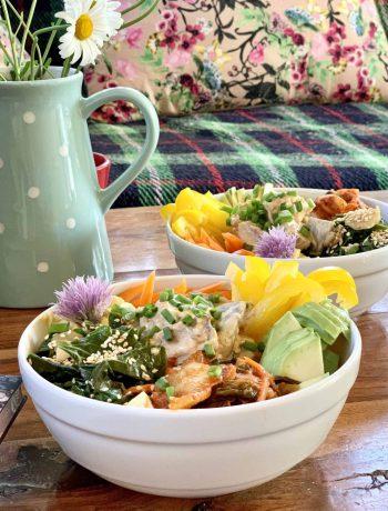 Azijietiški bowls su kiaulių liežuviais, gysločiais ir kimči